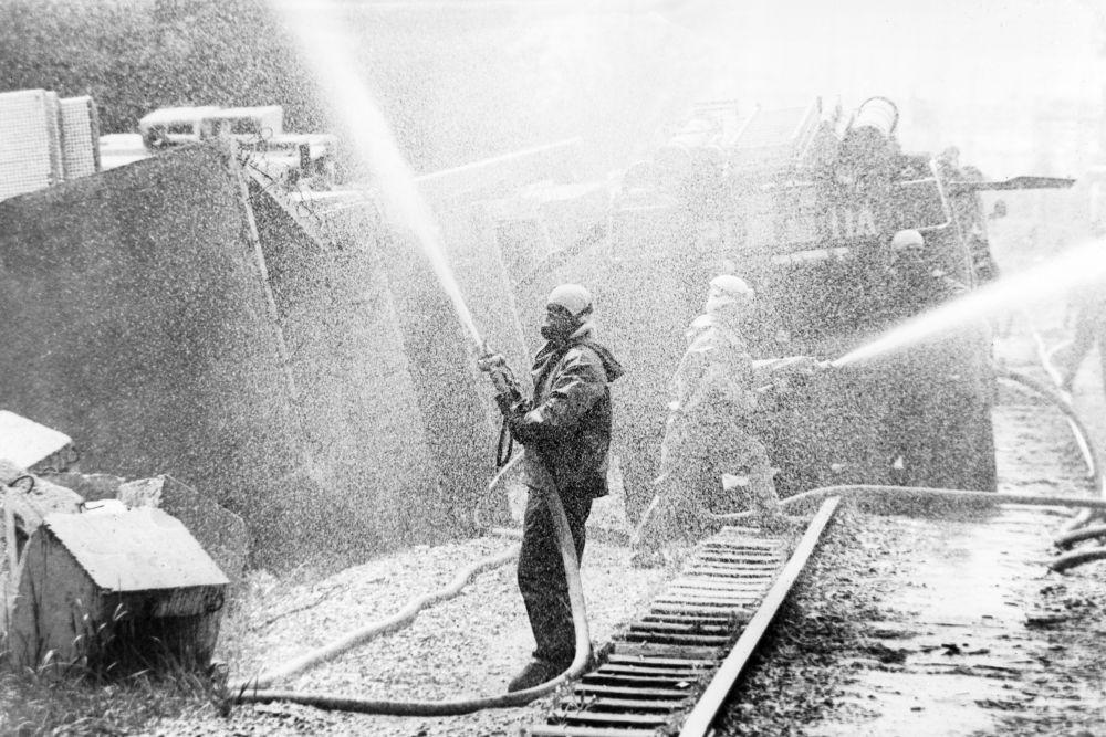 Обработка территории Чернобыльской атомной электростанции дезактивирующим раствором, 26 апреля 1986 года