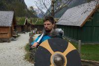 Герой в детском викингском лагере.