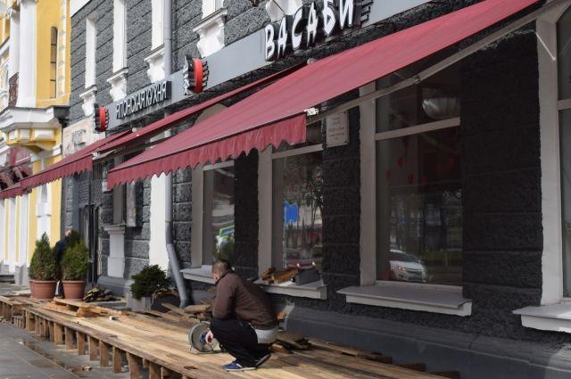 С приходом весны на улицах появляются не только цветы, но и летние кафе.