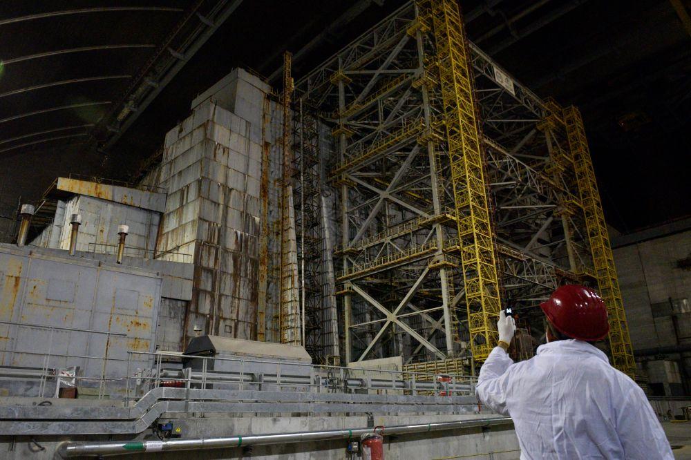 Разрушенный в результате аварии 4-й энергоблок Чернобыльской АЭС под изоляционным арочным сооружением, 15 апреля 2021 года