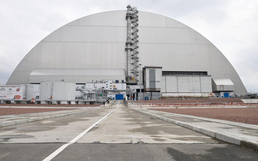 Изоляционное арочное сооружение (Новый безопасный конфайнмент) над разрушенным в результате аварии 4-м энергоблоком Чернобыльской АЭС, 15 апреля 2021 года