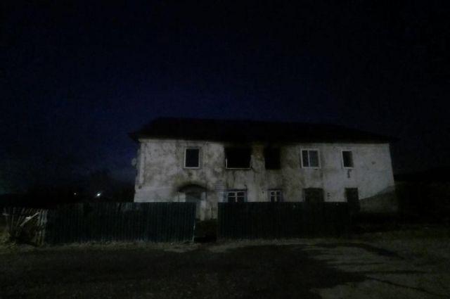Мать ушла из дома и закрыла двух дочерей и сына на замок.