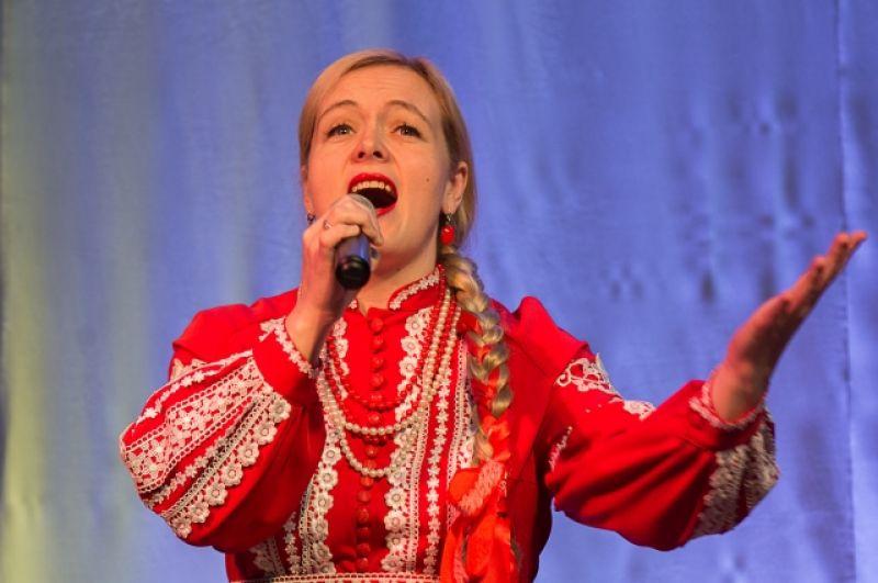 Артисты из Минусинска трогательно пели.