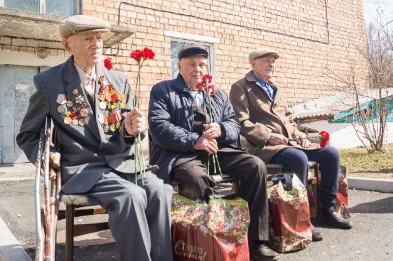Концерт для трёх ветеранов во дворе дома в Шушенском.