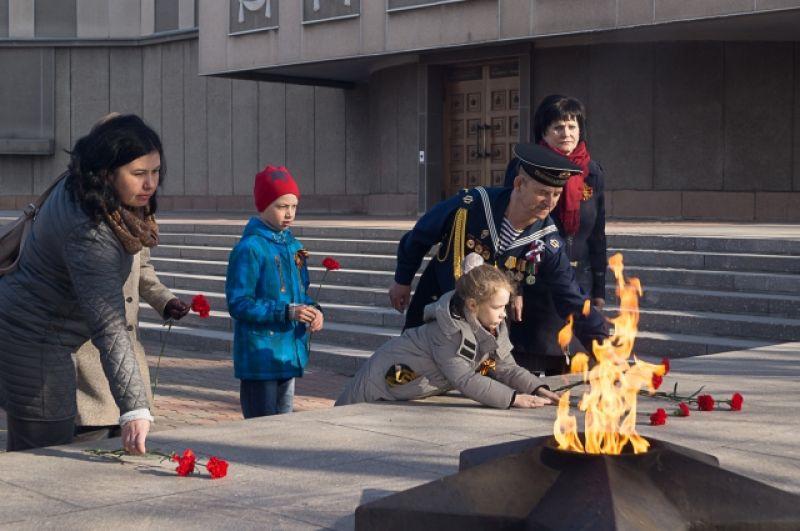 У Вечного огня на Мемориале Победы в Красноярске.