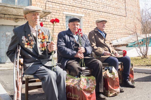 Концерт сразу для трёх ветеранов дали артисты во дворе в п. Шушенское.