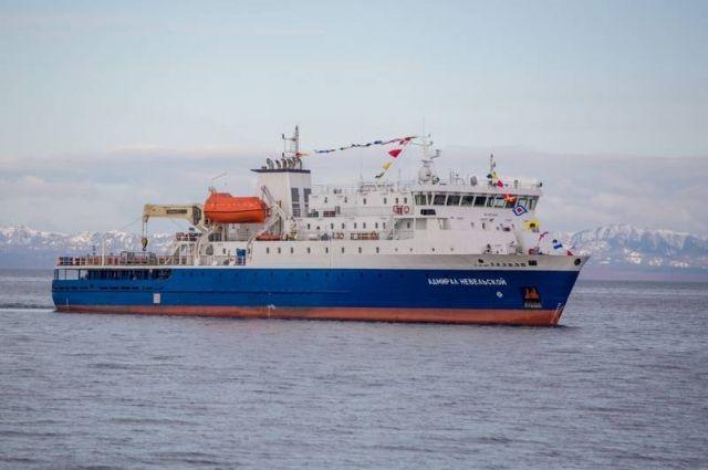 «Адмирал Невельской» на рейде корсаковского порта.