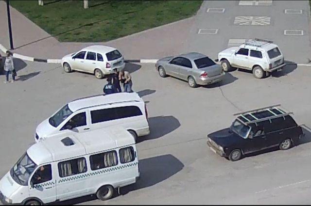 Видео: на Дону инспекторы ДПС помогли водителю, которому стало плохо
