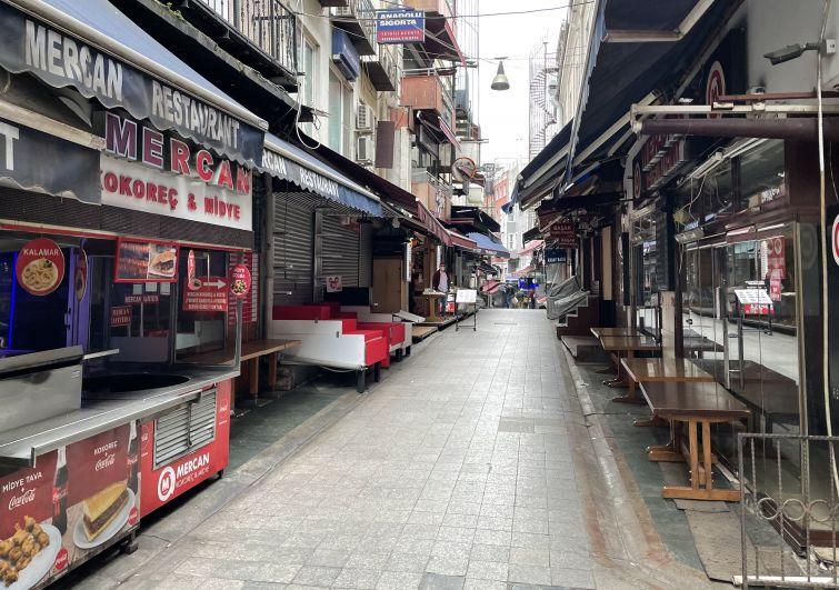 Закрытые магазины на одной из улиц неподалеку от Гранд-базара в Стамбуле