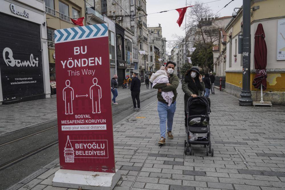Прохожие на улице Истикляль в Стамбуле