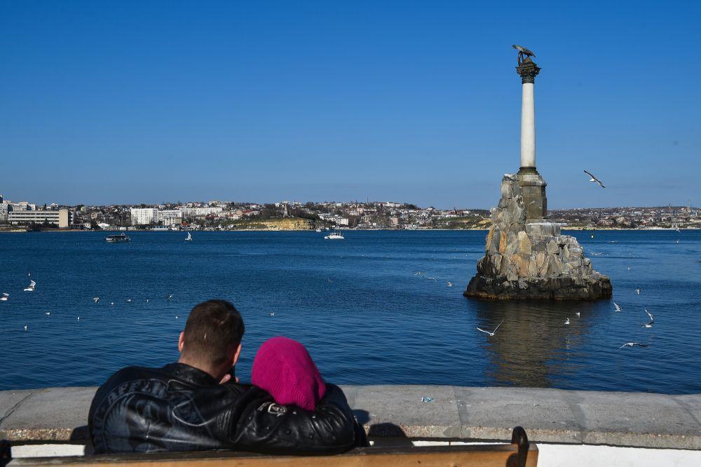 Вид на памятник затопленным кораблям в Севастополе