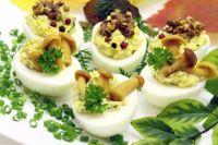 Грибные фаршированные яйца: традиционная закуска на Пасху