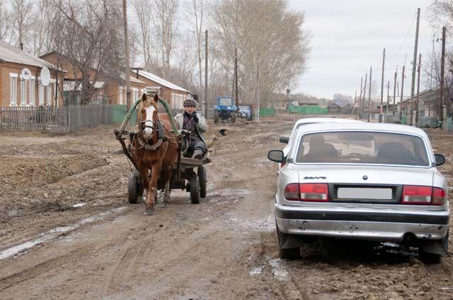 Зачастую детей приходится возить по сельским дорогам, которые находятся в плачевном состоянии.