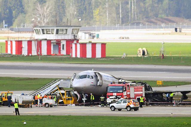 Обгоревший фюзеляж самолета компании «Аэрофлот» Sukhoi Superjet-100на летном поле ваэропорту Шереметьево.