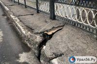 Дорожное покрытие повреждено на путепроводе на пересечении проспекта Гагарина и Нежинского шоссе.