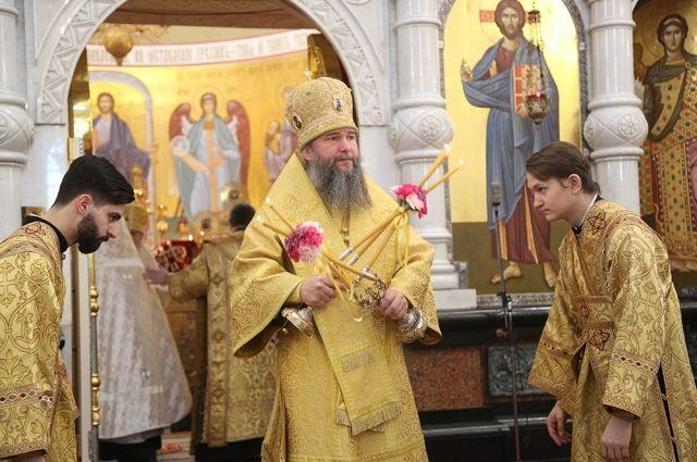 Владыка Евгений проводит литургию в Храме-на-Крови.