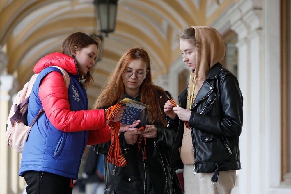 Волонтеры раздают георгиевские ленточки в Санкт-Петербурге