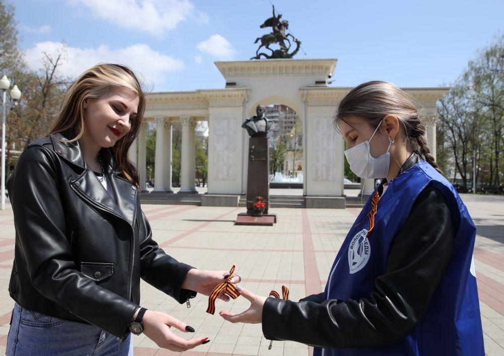 Волонтеры раздают георгиевские ленточки в сквере имени маршала Жукова в Краснодаре