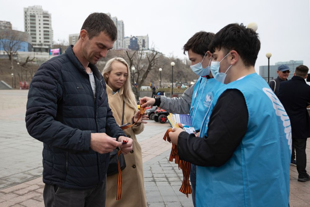 Волонтеры раздают георгиевские ленточки во Владивостоке