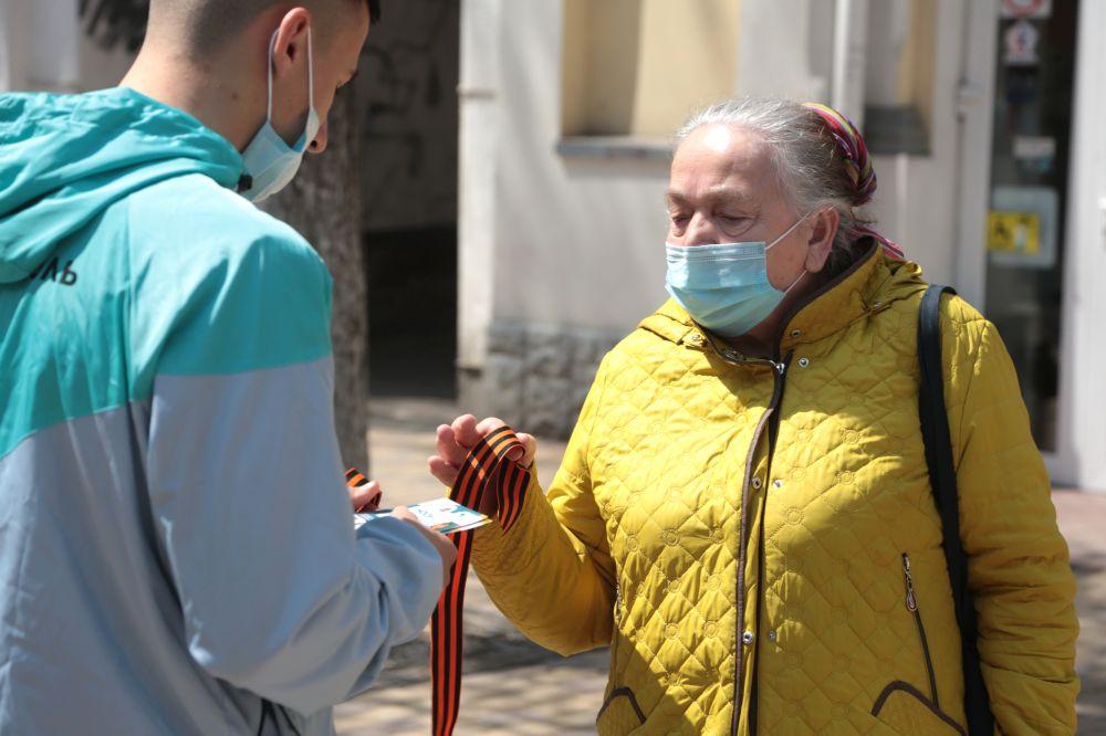 Волонтеры раздают георгиевские ленточки в Симферополе