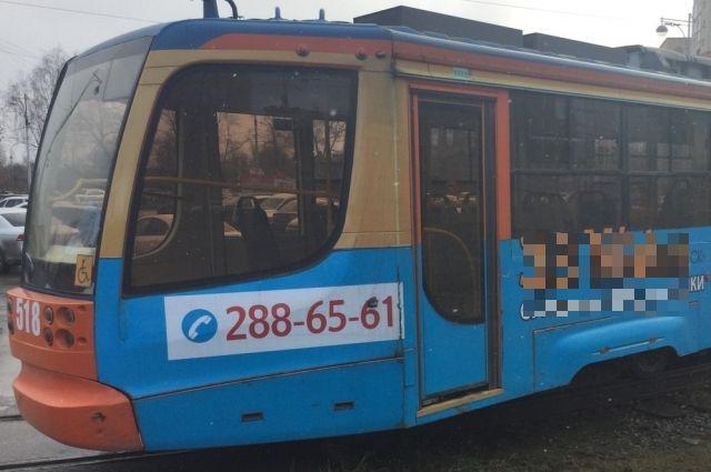 После схода с рельсов, трамвай задел ещё один вагон, идущий навстречу.