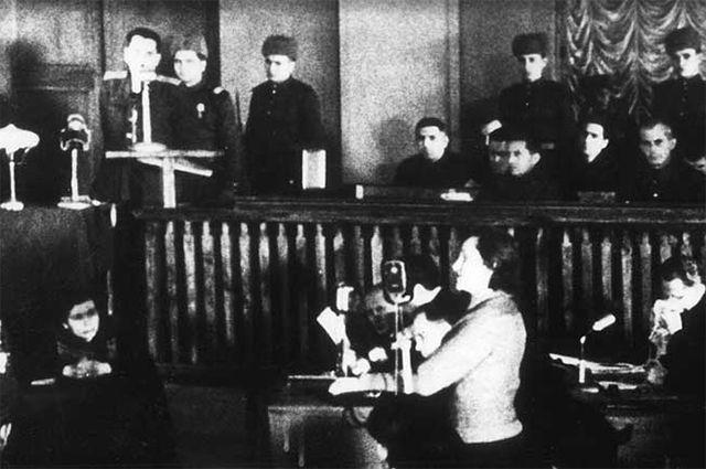 Дина Проничева в качестве свидетеля 24 января 1946  года на киевском судебном процессе по делу о военных преступлениях  пятнадцати сотрудников немецкой полиции, ответственных за оккупированную  Киевскую область. Commons.wikimedia.org