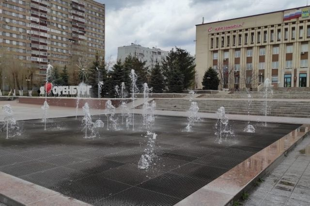В Оренбурге готовят фонтаны к запуску 1 мая.