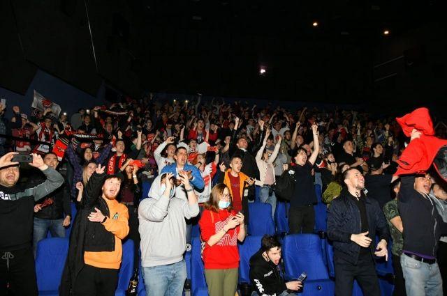 Омские болельщики празднуют победу