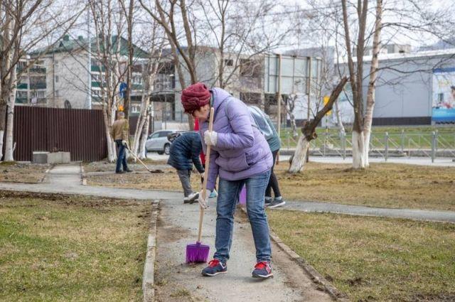 В основном люди убирали сухие листья и ветки с газонов и тротуаров.