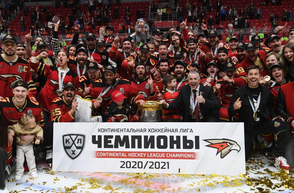 Игроки ХК «Авангард» фотографируются с наградой после победы в Кубке Гагарина Континентальной хоккейной лиги