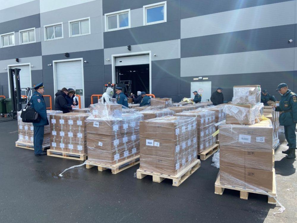 Сотрудники МЧС РФ подготавливают для отправки в Индию коробки с гуманитарной помощью в аэропорту Жуковский