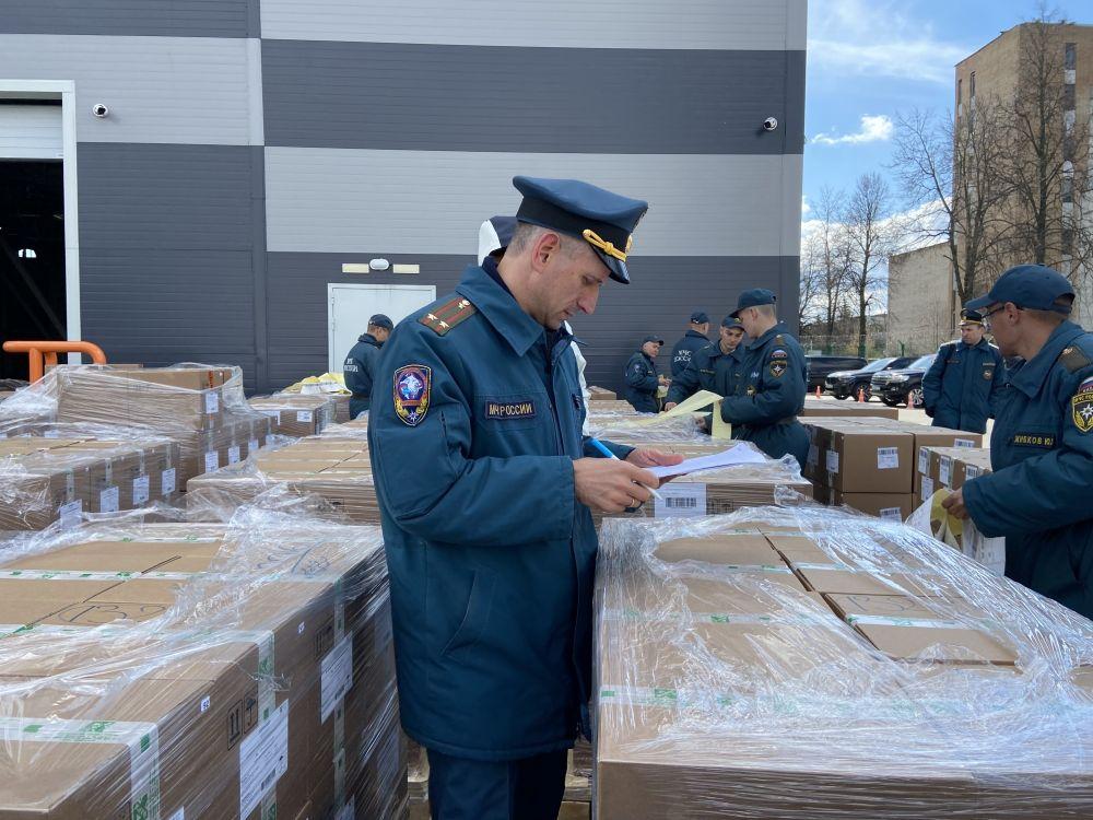 Сотрудник МЧС РФ подготавливает для отправки в Индию коробки с гуманитарной помощью в аэропорту Жуковский