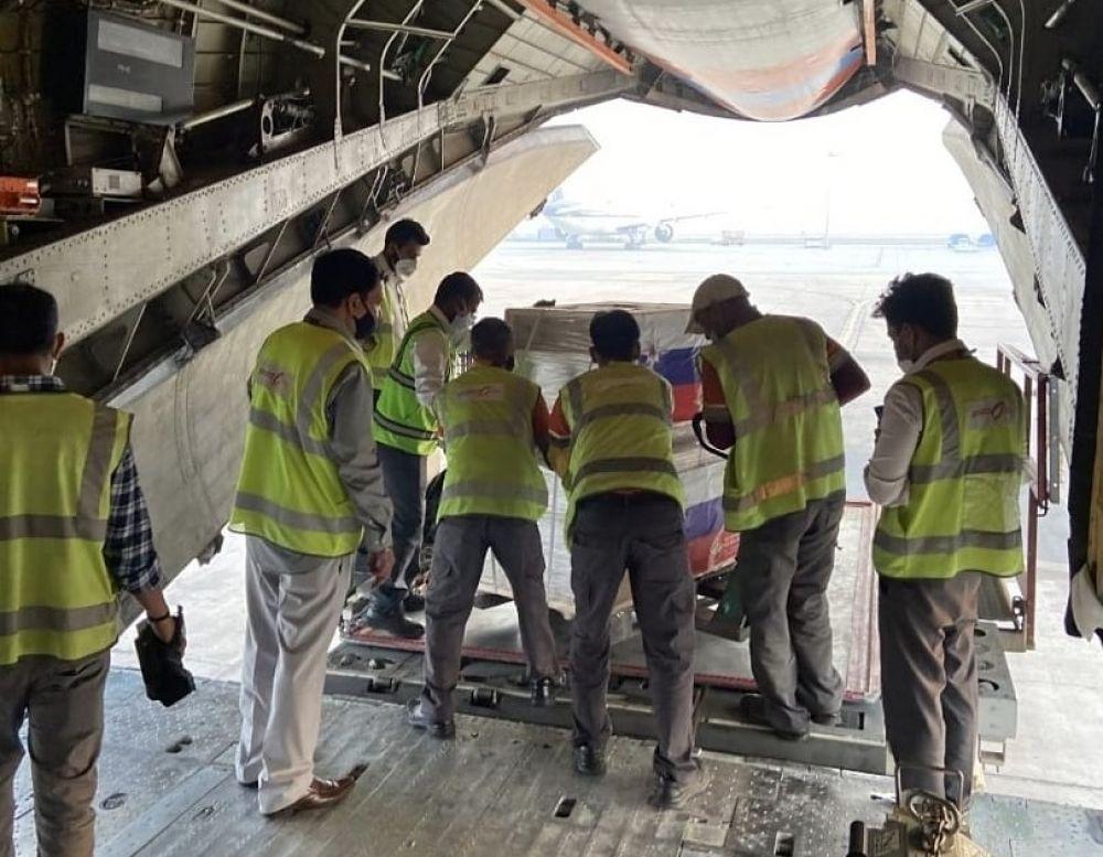 Разгрузка самолета Ил-76 МЧС РФ с гуманитарной помощью в аэропорту Индии