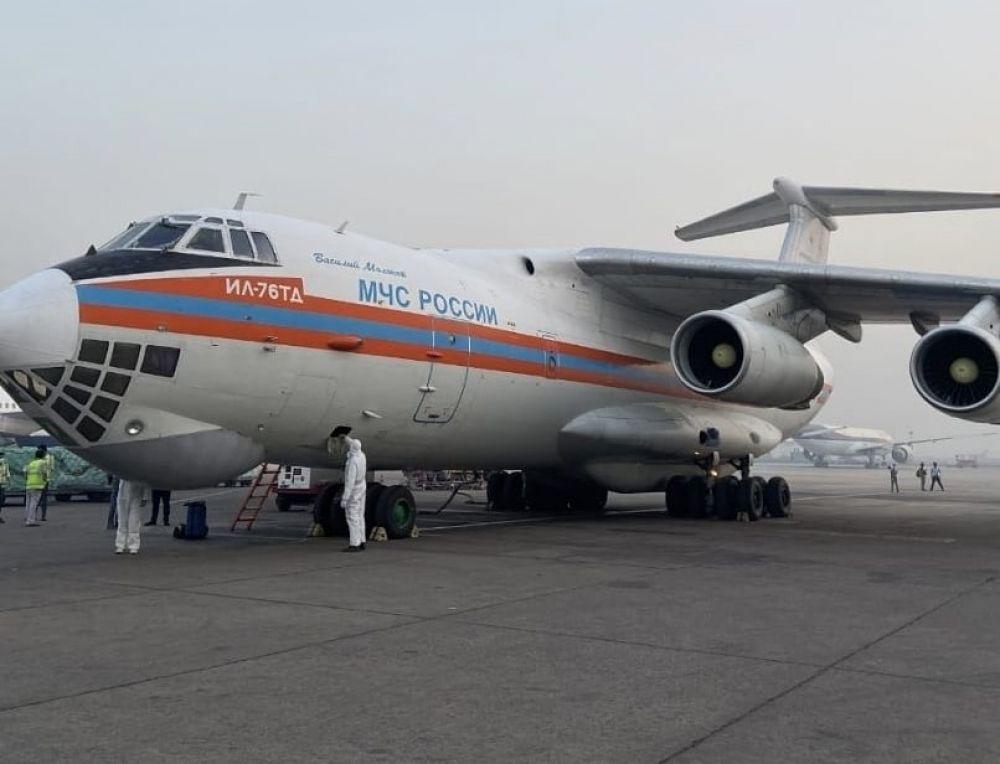 Самолет Ил-76 МЧС РФ с гуманитарной помощью в аэропорту Индии