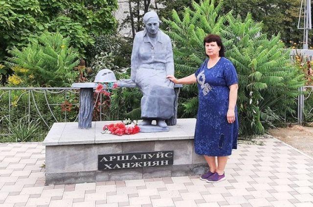 Галина Ханжиян у памятника Аршалуйс Ханжиян.