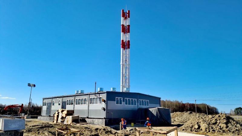 Рабочие устанавливают фасадные конструкции на здании терминала, апрель 2021.