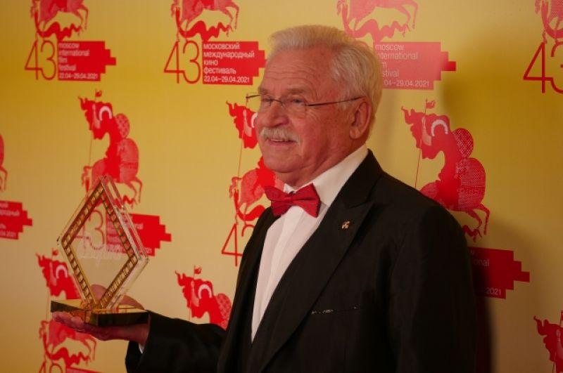 Специальный приз «За покорение вершин актерского мастерства и верность принципам школы  К. С. Станиславского» получил Сергей Никоненко.