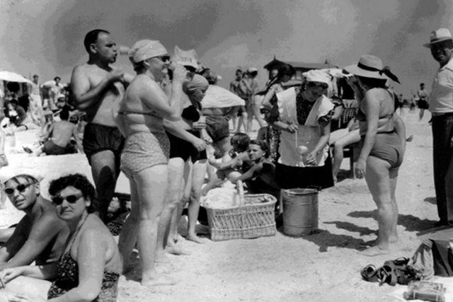 Ейск. Контора «Курортторг». Пляж. Продажа бутербродов и охлажденного компота отдыхающим. 1958 год.