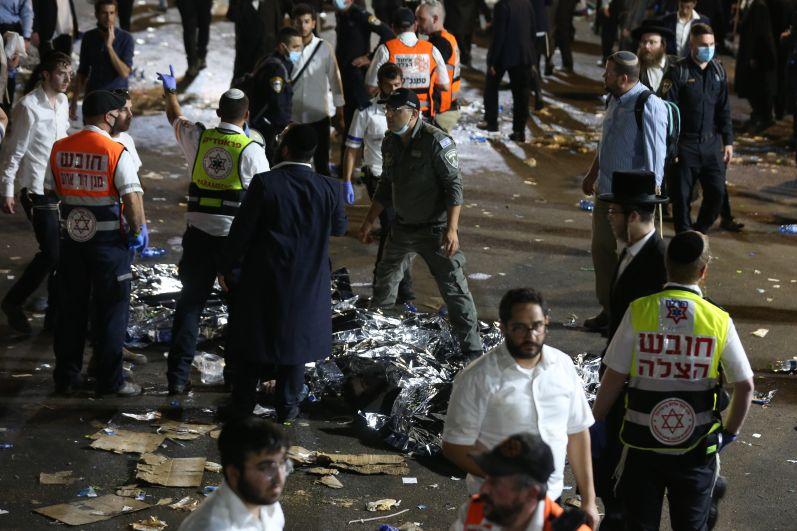 Спасатели и медики работают на месте обрушения трибун, где отмечался еврейский религиозный праздник Лаг ба-Омер на горе Мерон