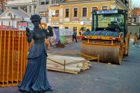 На Большой Покровской сейчас  даже скульптурам приходится  непросто.