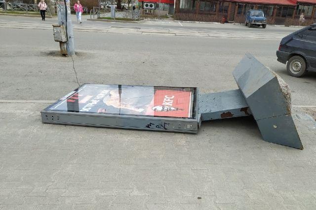 Щит снесло ветром на ул. Борчанинова.