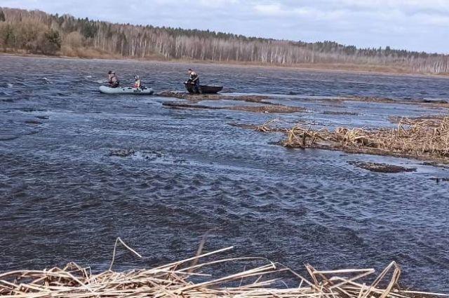 Сильный ветер не давал рыбакам добраться до берега.