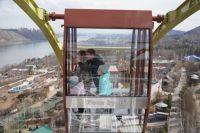 Колесо установлено на самой высокой точке парка, откуда открывается потрясающий вид на столицу края и ее окрестности.