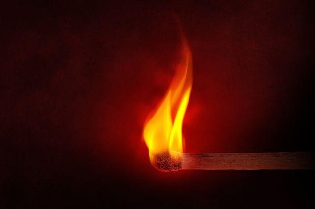 Сгорела внутренняя обшивка салона машины на общей площади 0,5 квадратных метра.