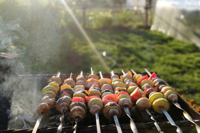 Чтобы определить свежесть мяса, надавите на него подушечками пальцев.