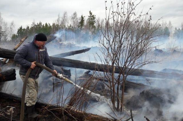 Пламя бушевало в 200 метрах от населённого пункта.