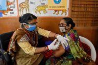 Индия заявила о дефиците COVID-вакцин до середины лета.