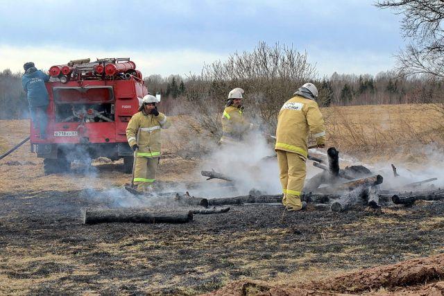 Несмотря на запрет, жители региона продолжают поджигать сухую траву.