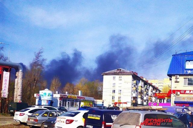Площадь пожара составила 800 квадратных метров, огонь тушат.
