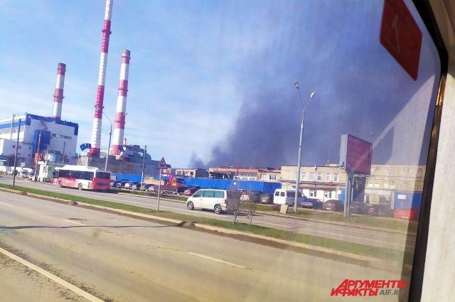 Возможно горят склады на улице Васильева.